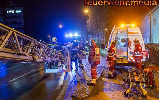 Feuerwehr und Rotes Kreuz retten eine verletzte Person von einem Dach
