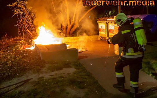Nächtlicher Müllbehälterbrand in Stein