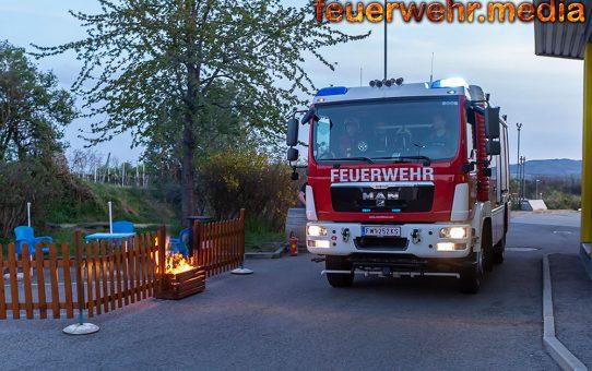 Feuerwehr löscht eine brennende Blumenkiste