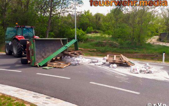 Bergung eines umgestürzten Anhängers in Gneixendorf