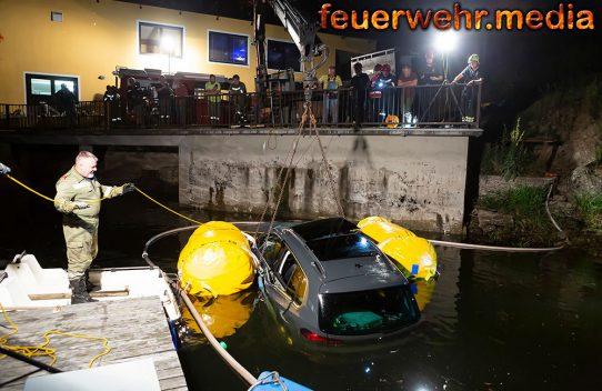 Zwei Fahrzeuginsassen retten sich aus sinkenden Fahrzeug