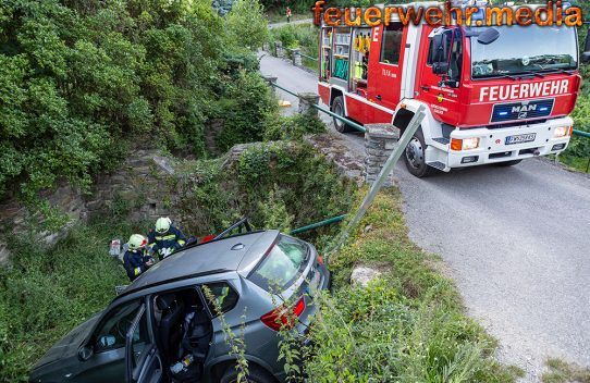SUV stürzt in ein Regenwasserrückhaltebecken