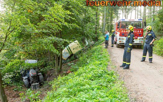 Traktor mit Rundballenpresse abgestürzt
