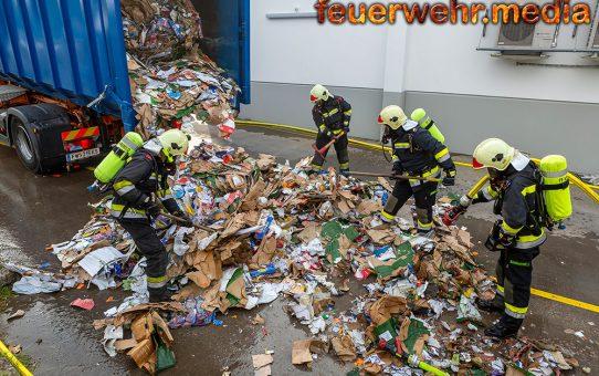 Brennender Abfallcontainer neben einem Supermarkt