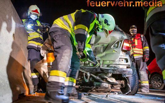 Zweifacher Unfall - Pkw prallt gegen zwei Unfallfahrzeuge