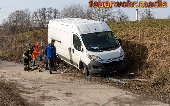 Transporter auf der S5-Auffahrt verunfallt