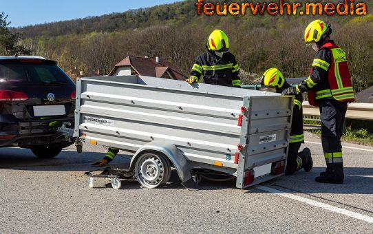 Reifen eines Anhängers lösen sich von den Felgen - Unfall auf der L100