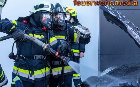 Ersthelfer halten Fahrzeugbrand unter Kontrolle