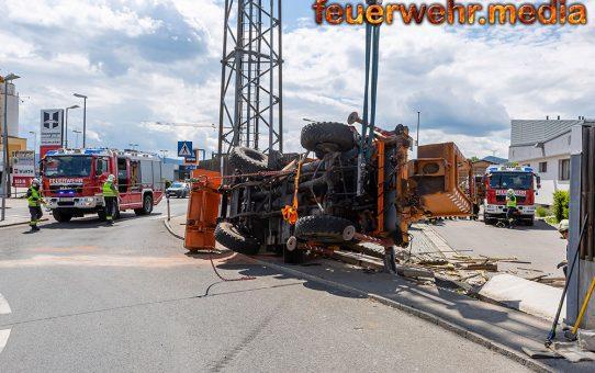 Unimog umgestürzt – Aufwendige Bergung durch die Kremser Feuerwehr