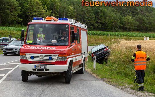 Pkw rutscht von der L7102 in den Straßengraben