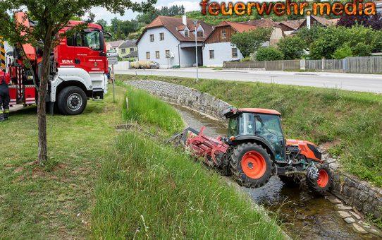 Traktor rollte in den Loisbach