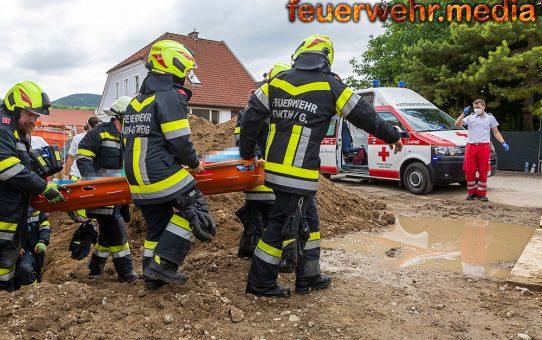 Feuerwehr unterstützt den Rettungsdienst nach einem Bauunfall
