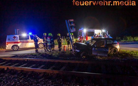 Vermutlich eingeklemmte Person nach Unfall beim Bahnübergang