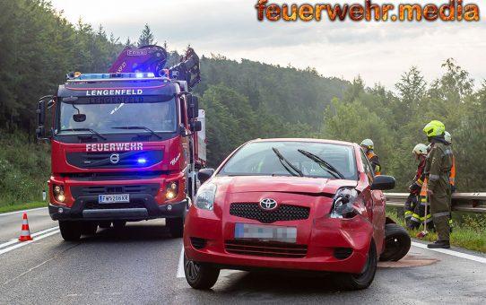 Fahrzeuglenkerin prallt mit ihrem Pkw gegen eine Leitschiene