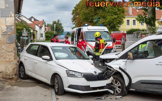 Kollision von zwei Fahrzeugen auf der Hauptstraße in Walkersdorf