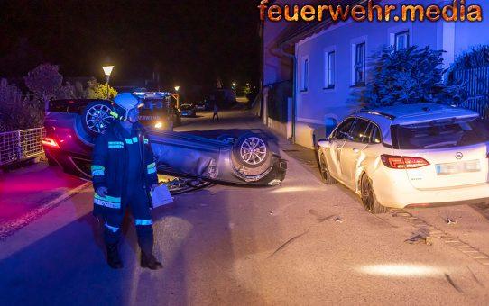 Abgestelltes Fahrzeug gerammt - Pkw landet am Dach
