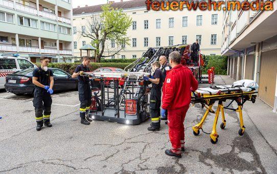 Feuerwehr transportiert erkrankte Person sicher aus dem 5. Stock