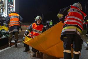 Pkw fällt auf der B34 einen Baum - Fahrer im Fahrzeug eingeklemmt