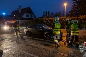 Feuerwehr entfernt Pkw nach Auffahrunfall von der Fahrbahn