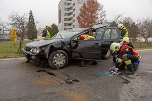 Junge Fahrzeuglenkerin touchiert die Leitschiene und überschlägt sich