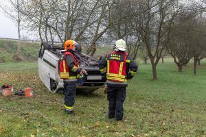 Transporter stürzt über die Abfahrt Krems-Ost der S5 und landet am Dach
