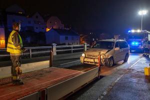 Pkw prallt auf der Kremstalstraße gegen eine Hauseinfahrt