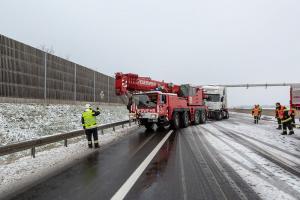 Kran Krems bei Lkw-Bergung auf der S5 im Einsatz