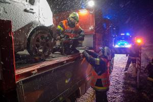 Verkehrsunfall auf der schneeglatten L45 - Fahrzeug kommt seitlich zum liegen