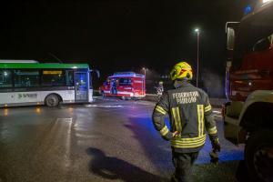 Autobus rutscht mit der Hinterachse über eine Geländekante und sitzt auf