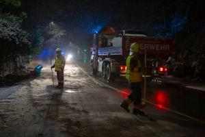 Sportwagen prallt auf der L73 in Rehberg gegen eine Felswand