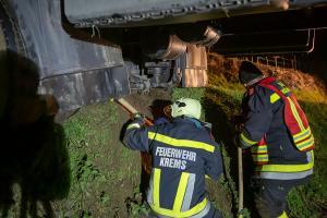 Aufwendige Lkw-Bergungg auf einem Güterweg in Hollenburg