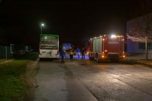 Ersthelfer löschen Entstehungsbrand an einem abgestellten Autobus