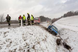 Dichtes Schneetreiben auf der B37 - Pkw kommt von der Straße ab