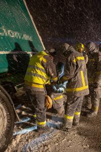 Sturm bläst Sattelzug von der spiegelglatten L55 in den Straßengraben