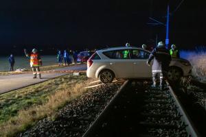 Pkw-Lenkerin übersieht das Ende einer Straße und fährt auf einen Gleiskörper