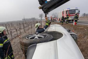 Pkw liegt nach Unfall seitlich in einem Weingarten