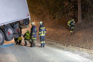 Kranfahrzeug der Feuerwehr Krems bei einer Lkw-Bergung in Raabs im Einsatz