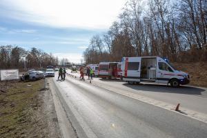Eingeklemmte Person von der Feuerwehr aus Fahrzeugwrack befreit