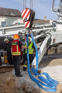 Kran Krems unterstützt bei der Bergung einer umgekippten Betonpumpe