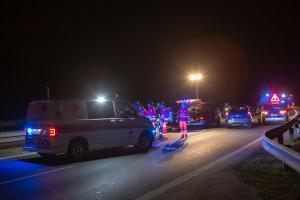 Feuerwehr befreit eine Person aus einem am Dach liegenden Fahrzeug