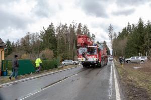 Lkw kommt von der B5 ab und prallt gegen ein Wohnhaus