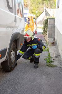 Kleintransporter rollt durch eine defekte Handbremse gegen eine Hauswand
