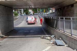 Autobus steckt in der Unterführung in der Kremser Austraße