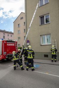 Feuerwehr schafft Zugang zu einer Patientin für das Rote Kreuz