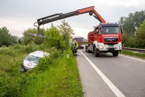 Kastenwagen kommt von der S5 ab und landet schwer beschädigt im Straßengraben