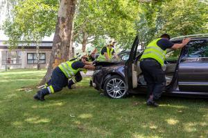 Pkw prallt am Krankenhausgelände gegen einen Baum