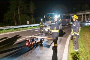 Stunden nach dem Unfall - Pkw-Bergung bei der Auffahrt zur Donaubrücke