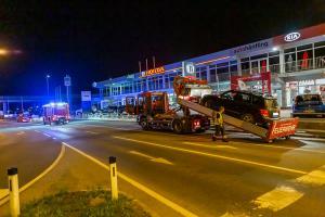 Feuerwehr entfernt verunfallten Pkw auf der Wienerstraße