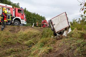 Sattelzug mit 20 Tonnen Steinen liegt seitlich im Straßengraben