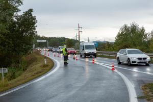 Kleintransporter kommt von der Fahrbahn ab und hängt auf der Böschung